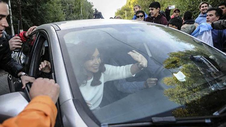 Militantes apoyan la llegada de Cristina