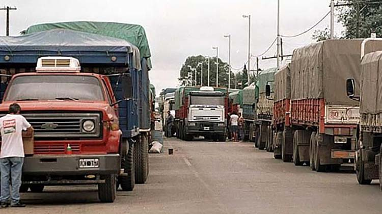 Transportistas paralizan 180 mil camiones