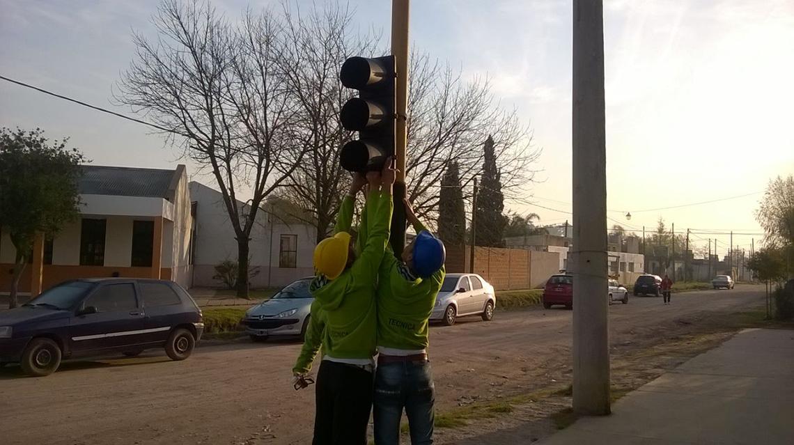 Se instala nuevo semáforo