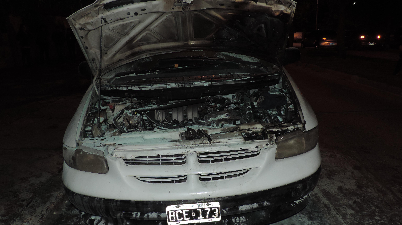 Se incendio una Chrysler Caravan