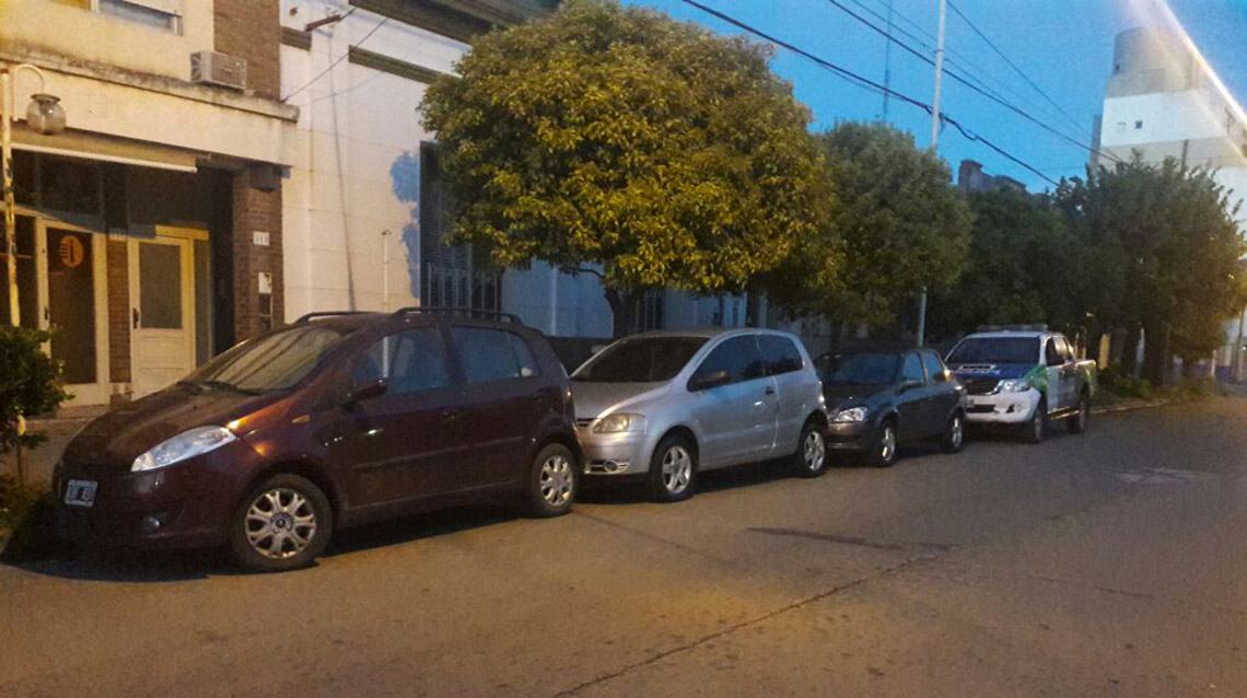 Patrullero choca autos estacionados