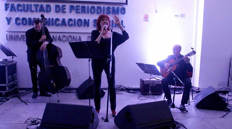 Rossetto en Concierto: La cantante nuevejuliense  deslumbró en la Facultad de Periodismo Platense