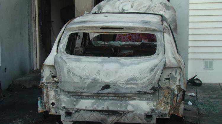 Incendiaron un auto en la puerta de una vivienda