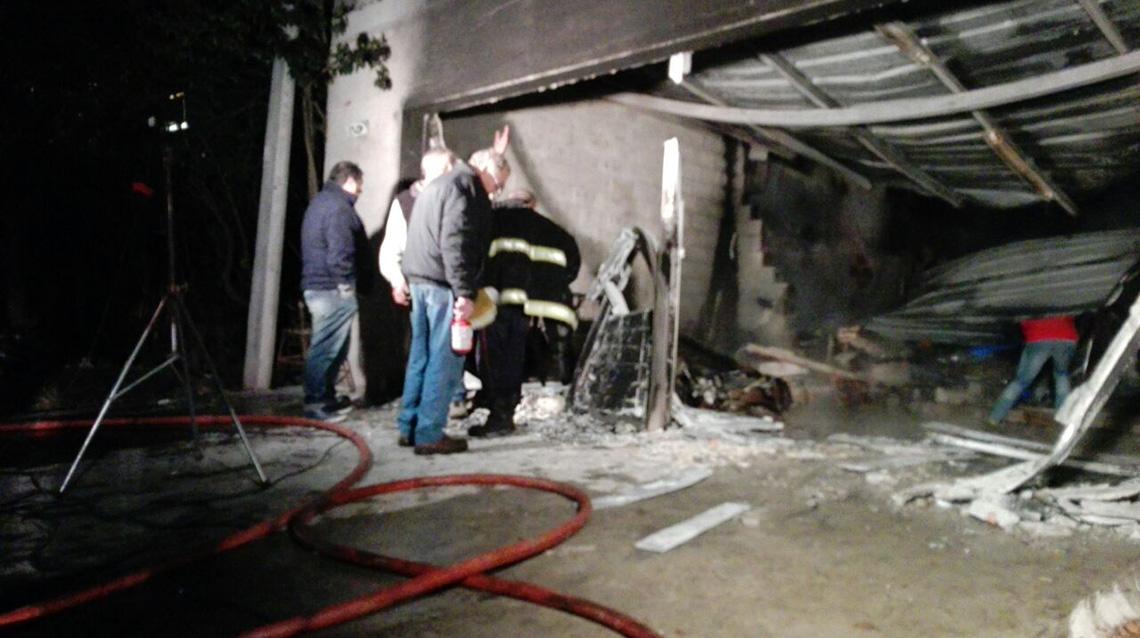 Voraz incendio destruyó taller y vivienda