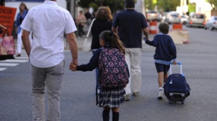 Reclaman que colegios privados cumplan con la ley que prohíbe retener boletines