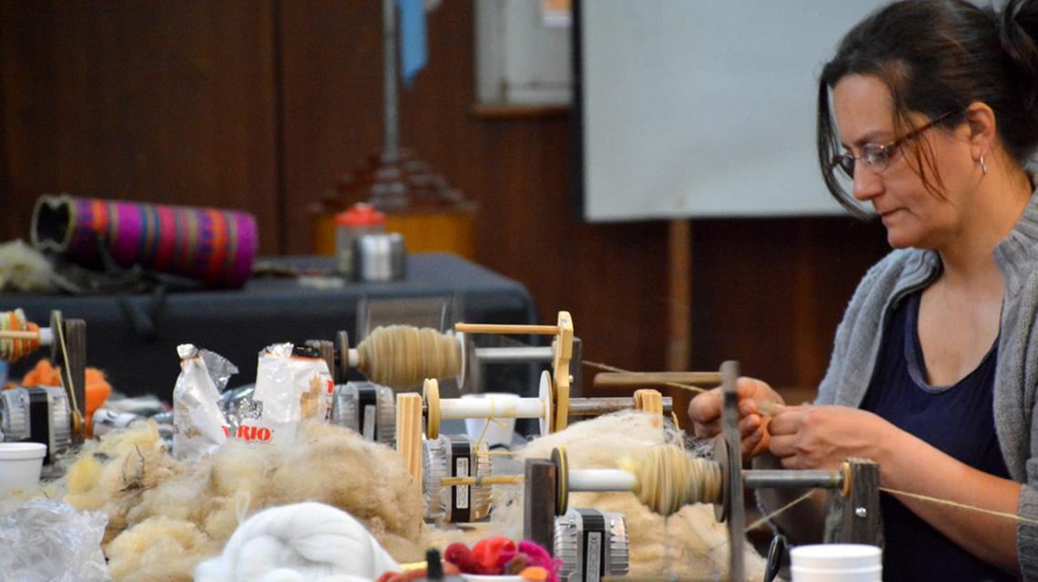 Técnica de hilado de lana con ruecas