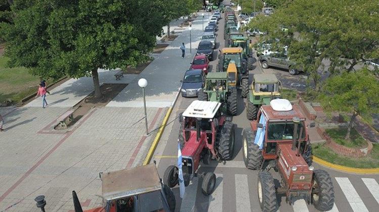 """Hubo """"tractorazos"""" en Pergamino y Salliqueló y productores analizan un paro"""