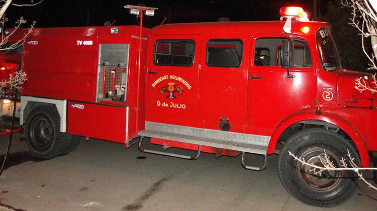 Bomberos acudió a incendio de banquina