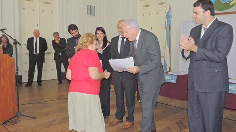 Barroso entregó escrituras